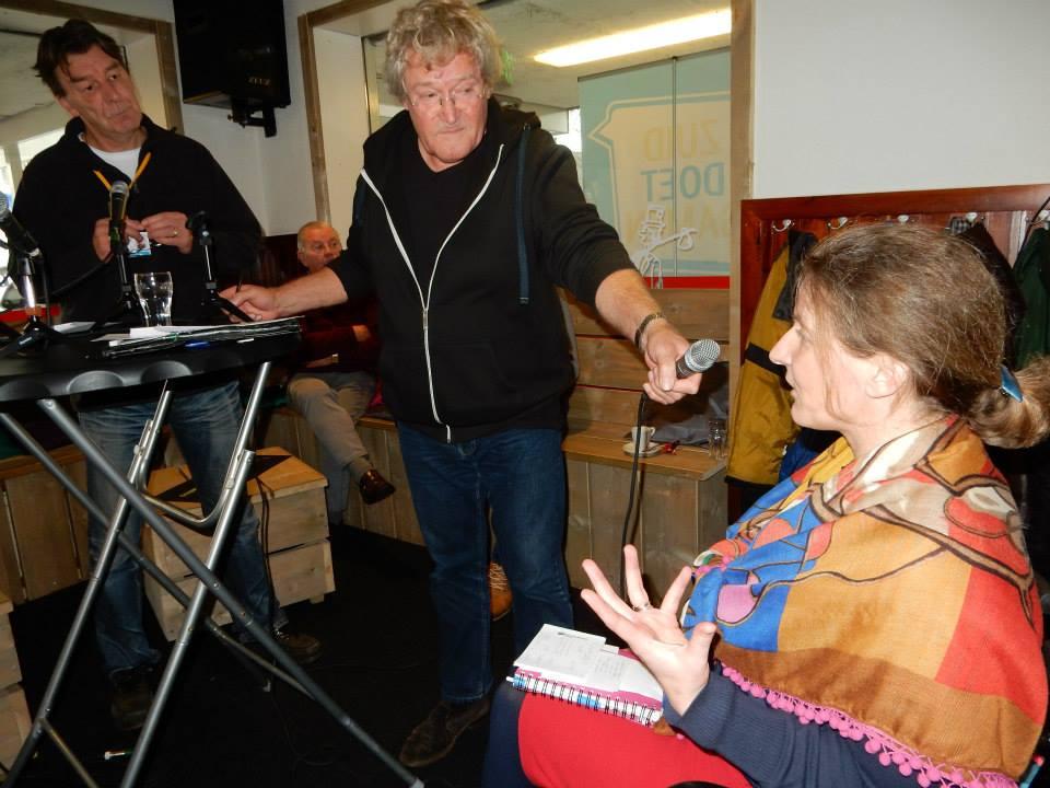 Mevrouw Jenneke Haase (hier tijdens de opname van het 'Geluid van Zuid') begeleidt de stagiairs vanuit het Hoornbeeck College