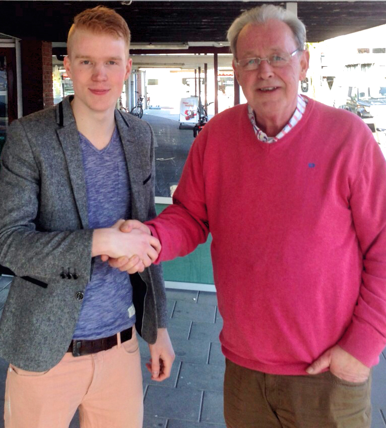 Gerjan van Engelenhoven (Wijkraad Zuid) en Ton Kunneman (Buurtcoöperatie Apeldoorn-Zuid) bezegelen de nieuwe samenwerking