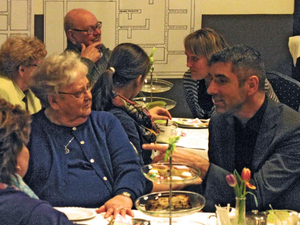 Wethouder Blokhuis ging met heel wat gasten van de High Tea in gesprek