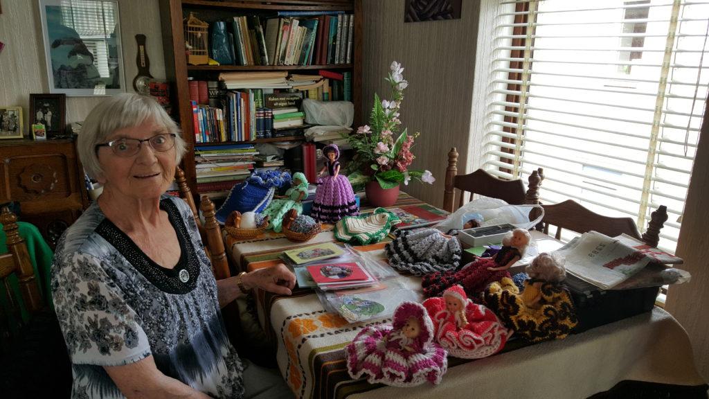 Mw. Wolters druk bezig met haar hobby kaarten maken.